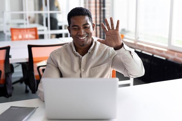 Homem tiro médio com laptop