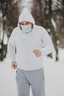 Homem tiro médio com máscara correndo