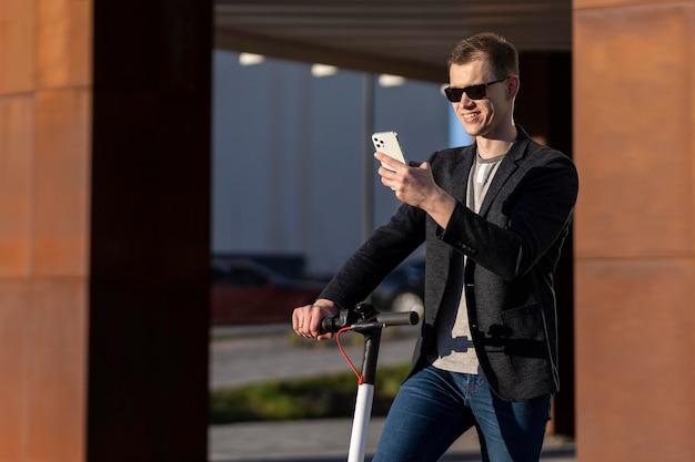 Homem tiro médio com scooter