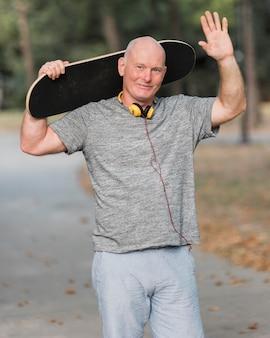 Homem tiro médio com skate no parque