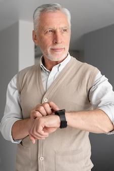 Homem tiro médio com smartwatch