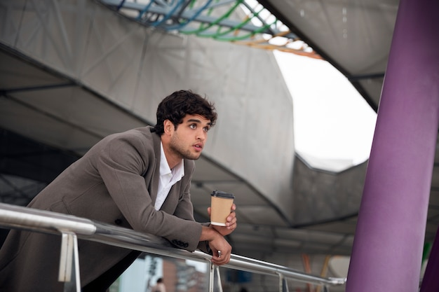 Homem tiro médio com xícara de café