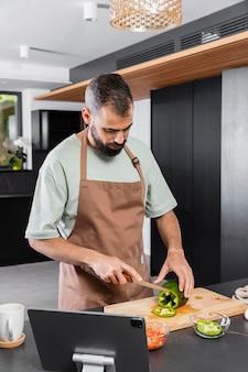 Homem tiro médio cortando vegetais