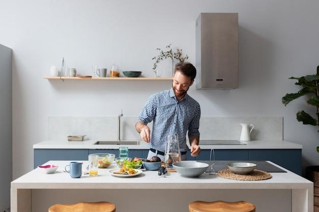 Homem tiro médio cozinhando