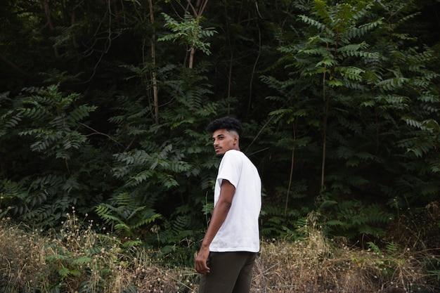 Homem tiro médio curtindo a natureza