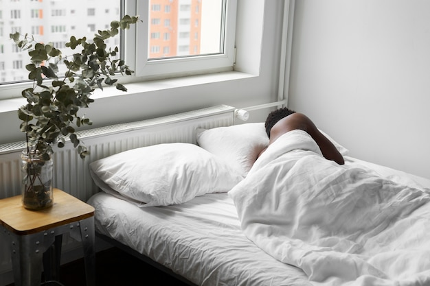 Homem tiro médio dormindo