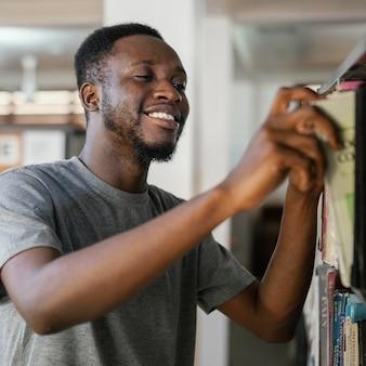 Homem tiro médio em busca de livros