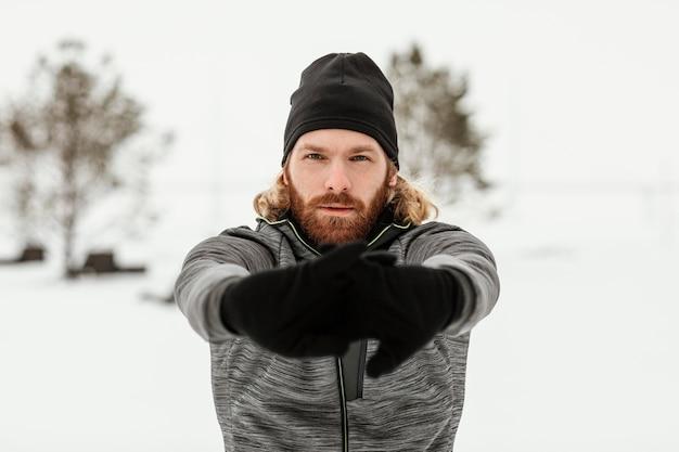 Homem tiro médio estendendo as mãos