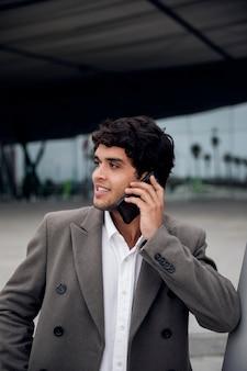 Homem tiro médio falando ao telefone