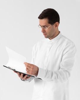 Homem tiro médio lendo documento