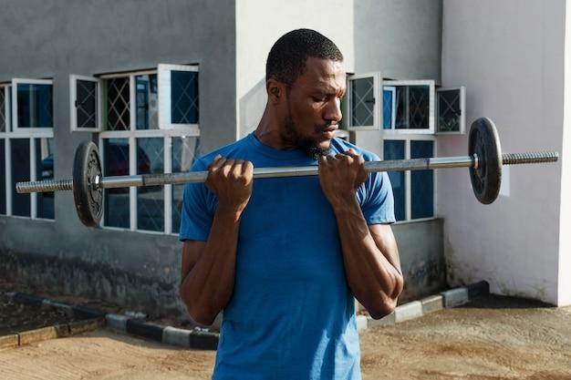 Homem tiro médio levantando peso