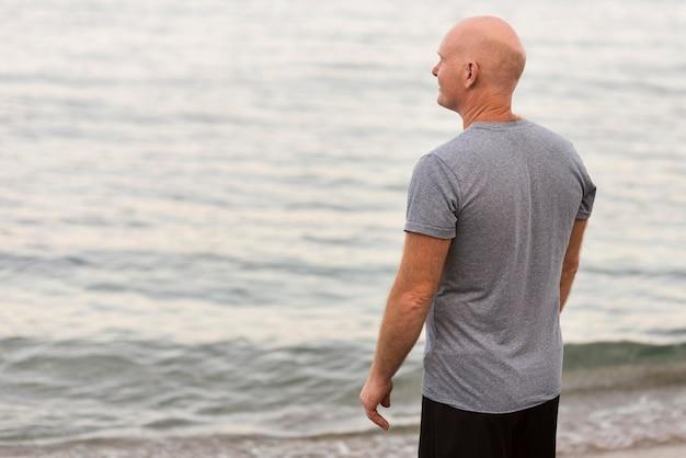 Homem tiro médio olhando para o mar