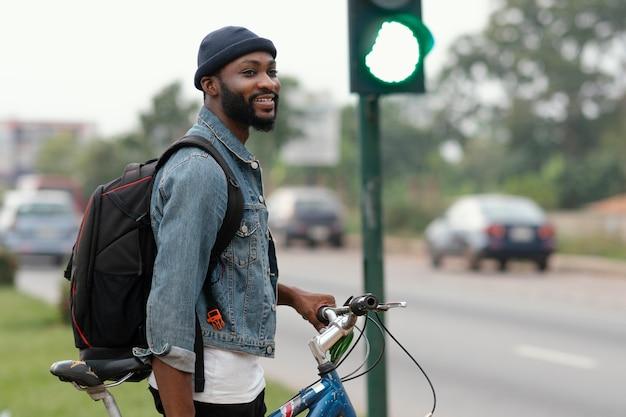 Homem tiro médio perto do semáforo
