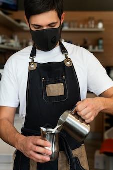 Homem tiro médio preparando café