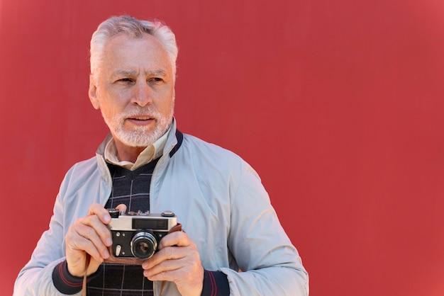 Homem tiro médio segurando a câmera