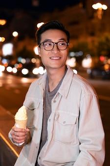 Homem tiro médio segurando sorvete