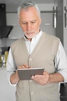 Homem tiro médio segurando tablet