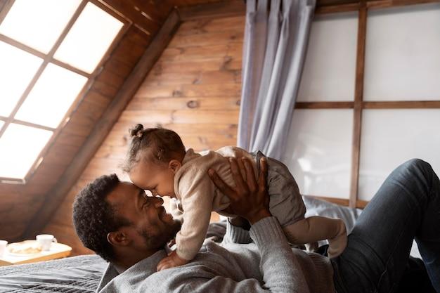 Homem tiro médio segurando um bebê fofo