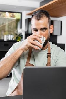 Homem tiro médio segurando xícara