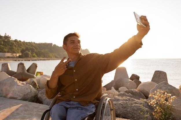 Homem tiro médio tirando selfie