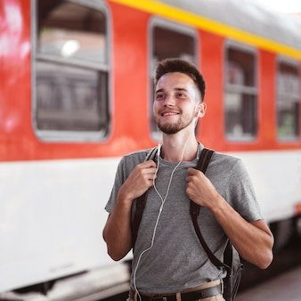 Homem tiro médio usando fones de ouvido