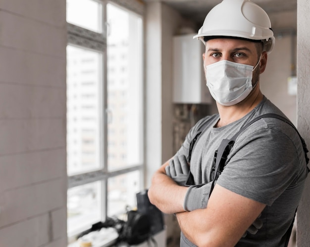 Homem tiro médio usando máscara e capacete