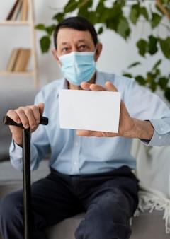 Homem tiro médio usando máscara facial