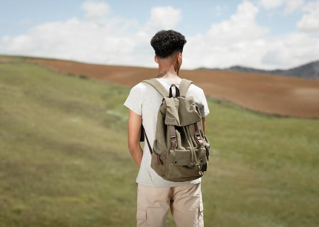 Homem tiro médio usando mochila