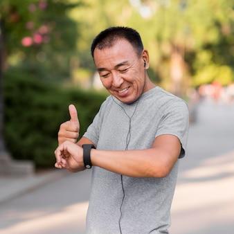 Homem tiro médio verificando o relógio