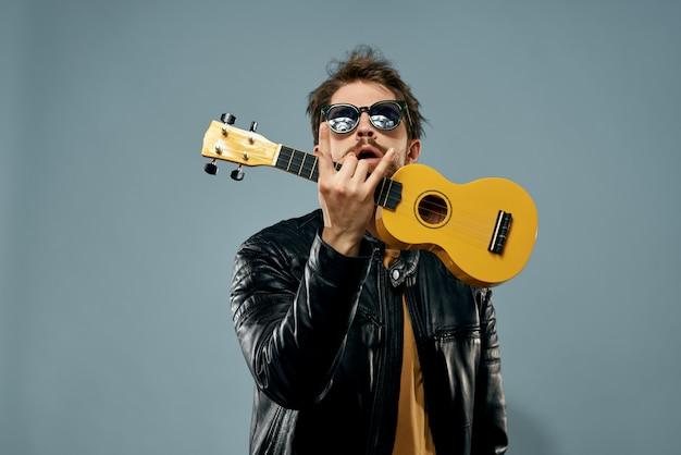 Homem toca ukulele, guitarrista