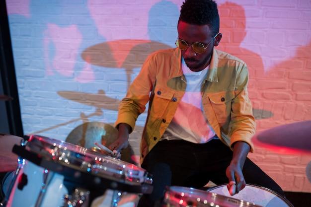 Homem tocando bateria
