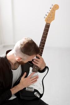 Homem tocando guitarra eletrica
