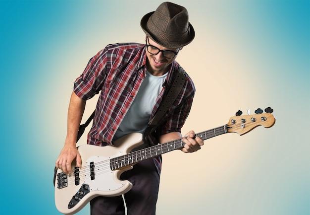 Homem tocando guitarra em um fundo claro