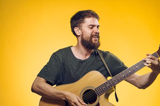 Homem tocando guitarra, música, performance, estilo de vida, amarelo, fundo