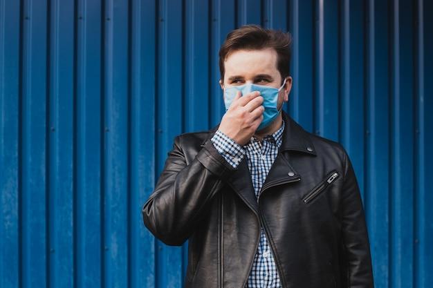 Homem tocando o nariz na máscara, contra doenças infecciosas e gripe.