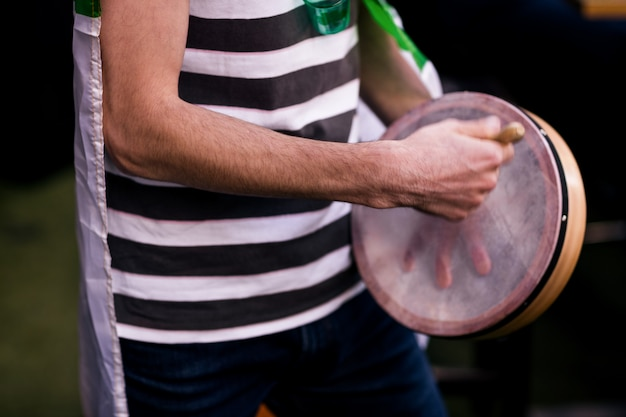 Homem tocando pandeiro