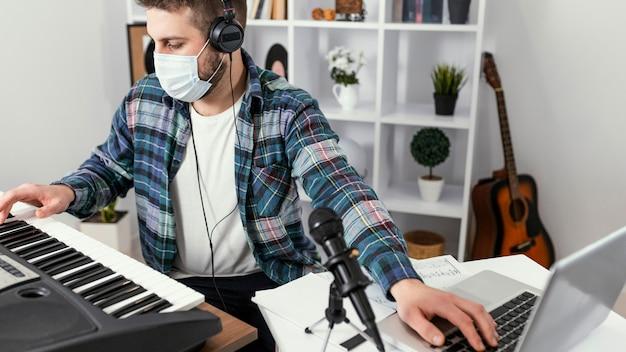 Homem tocando piano digital