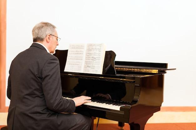 Homem, tocando, piano, em, um, concert, corredor