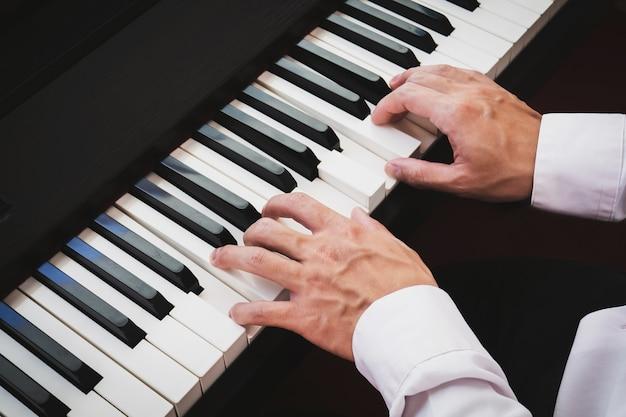 Homem tocando piano