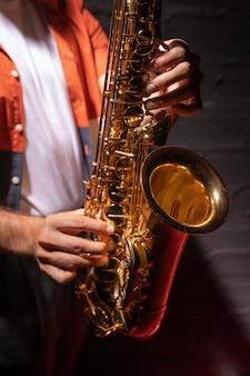Homem tocando saxofone