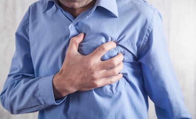 Homem tocando seu coração. ataque cardíaco. doença