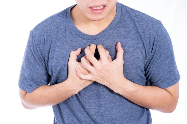 Homem tocando seu coração ou parede branca isolada no peito.