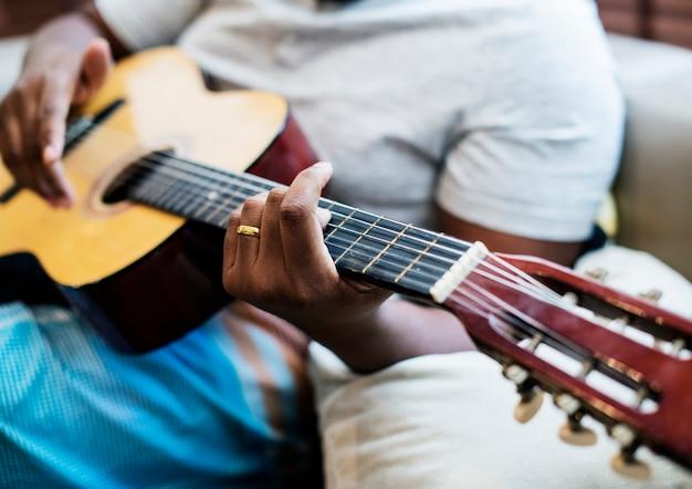 Homem, tocando, seu, guitarra