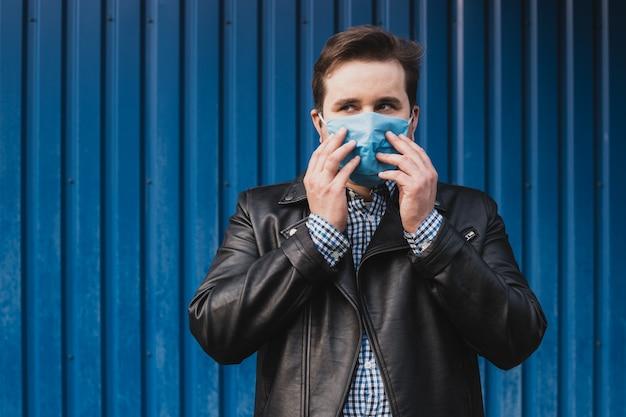 Homem tocando seu rosto na máscara, contra doenças infecciosas e gripe. conceito de cuidados de saúde. quarentena de coronavírus. lugar para texto, copyspace