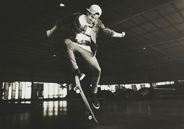 Homem, tocando, skateboard, com, pular, ollie
