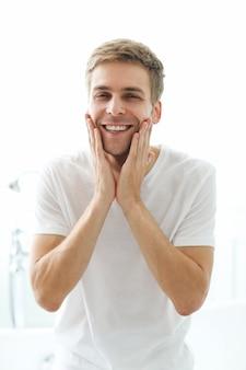 Homem tocando sua barba, pronta para fazer a barba.