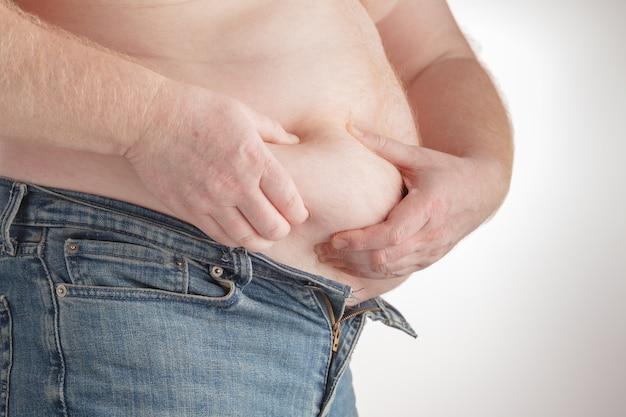 Homem tocando sua barriga gorda