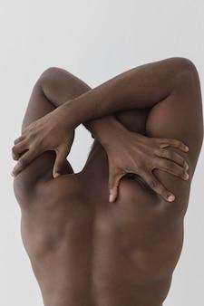 Homem tocando suas costas com as mãos