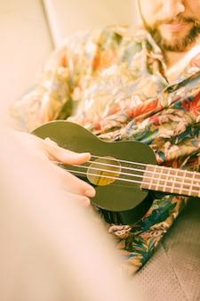 Homem, tocando, ukulele