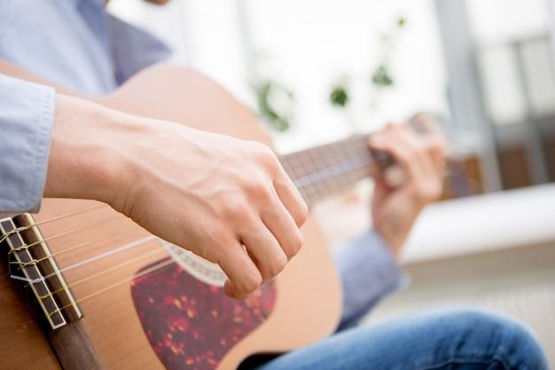 Homem tocando violão clássico